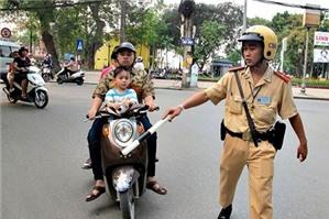 Điều khiển xe máy mang theo Giấy chứng nhận bảo hiểm trách nhiệm dân sự của chủ xe cơ giới hết hiệu lực thì bị phạt bao nhiêu tiền?